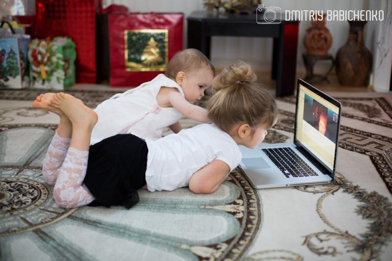 Daniella and Sophia Skyping with Grandma